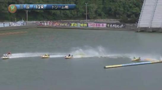 2019ヤングダービー三国競艇場 初日12Rドリーム戦、大上卓人選手が転覆し後続の村松修二選手も落水