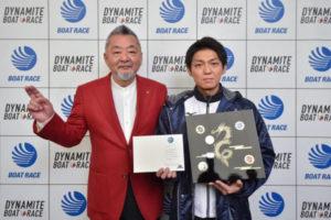 5人目桐生順平選手にゴールデンレーサー賞表彰式への招待状メダルディスプレイケース贈呈競艇選手ボートレース平和島競艇PG1|