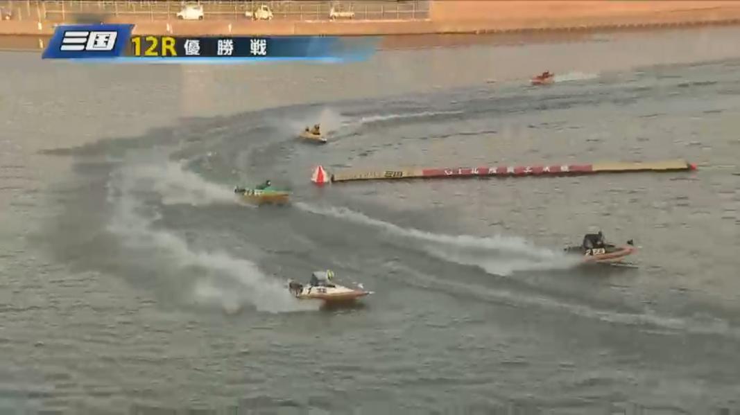 G1 北陸艇王決戦 優勝戦 3番手を争う赤岩善生選手と小坂尚哉選手 2周2マーク旋回