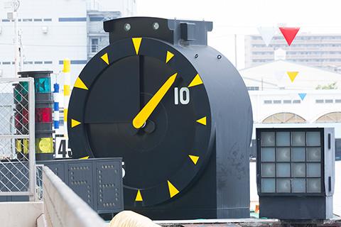 競艇・ボートレースのスタートを学ぶ 競艇のスタート地点には選手がスタート目安を知るための大時計が設置されている