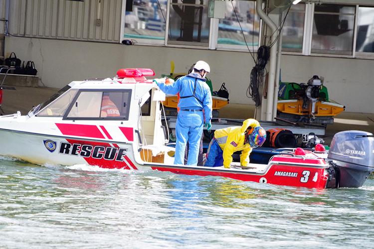 競艇選手事故 金子龍介選手が1マーク旋回で転覆。救助艇でピットへ帰還。 ボートレーサー