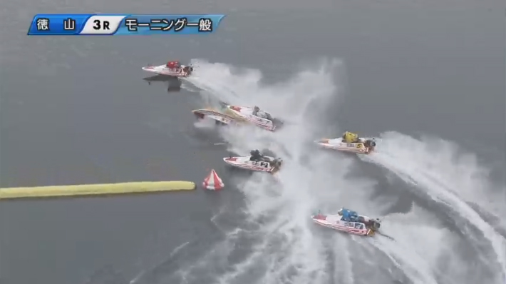 【競艇アクシデント・事故】転覆した大峯豊選手のボートの上を滑る金子良昭選手 ボートレース徳山・競艇選手