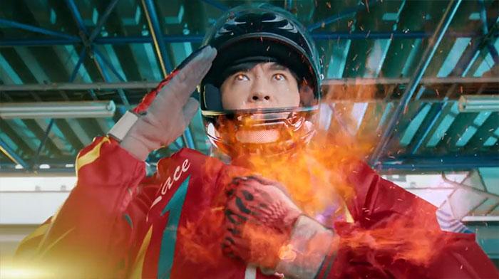 2020ボートレースCM『ハートに炎を。BOAT is HEART』第9話『妹の旅立ち』篇公開。胸を叩くタナカ 田中圭・武田玲奈・葉山奨之・飯尾和樹・競艇