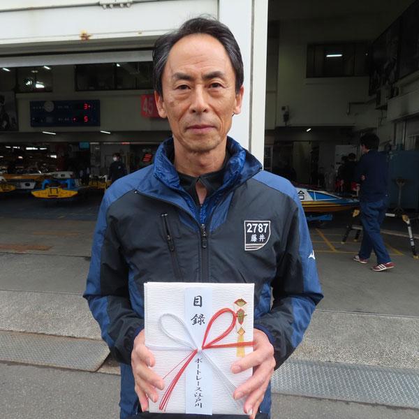 藤井定美選手が江戸川通算100勝利を達成!主催者の東京都六市競艇事業組合から記念品の目録が贈呈された。ボートレーサー・競艇選手