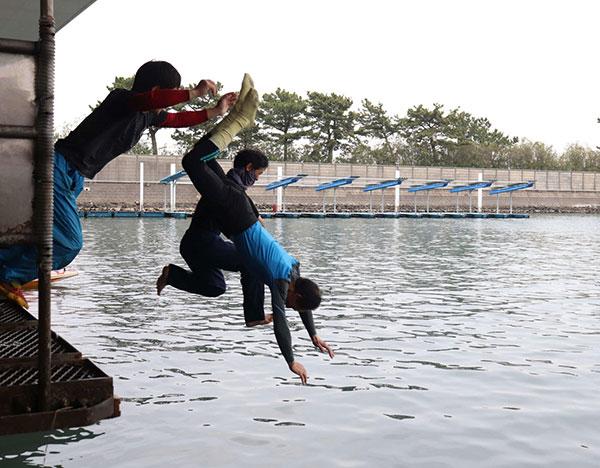 藤井定美選手引退。水神祭で一緒に飛び込む中里英夫選手と高山秀雄選手。群馬支部・競艇選手・ボートレース浜名湖