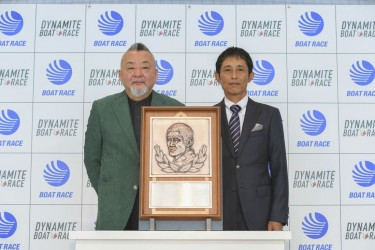 今村豊元選手のボートレース殿堂入り第1号表彰式!記念レリーフが贈られた。小髙会長とBOATRACE殿堂入り第1号 今村豊氏。レジェンド・ボートレーサー・競艇選手・ゴールデンレーサー