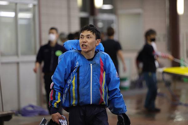 山崎哲司選手がアクシデント発生後に前を走る艇を抜いてしまい即日帰郷に。愛知支部・ボートレースびわこ・競艇