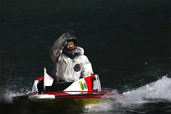 2021年5月11日山田和佐(やまだ かずさ)選手、デビュー初優勝のウィニングラン。広島支部・ボートレース若松・競艇